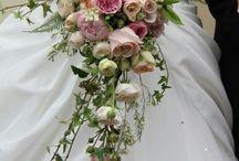 dråpe brudebuketter /  drop bridal bouquets / Den nydeligste brudebuketten , gjennom tiden. Denne form på buketter vil alltid følge oss videre. En klassisk nydelig bukett. The prettiest bridal bouquet , through time. This form of bouquets will always follow us on. A classic lovely bouquet