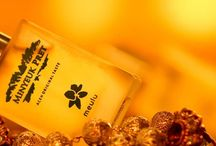 Parfum Meulu / Kesucian aroma Meulu, mengalunkan sensasi deburan ombak senja hari. Memikat, mempesona, menghadirkan kesan feminisme yang mewah dan bernuansakan putih yang elegan.