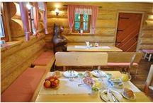 Dřevostavby, interiér domu / Bydlení ve srubu nebo roubence je velice příjemné, zvlášť pro toho, kdo má rád dřevo. Interiéry srubů a roubenek, ve kterých jsou dřevěné prvky, nás uklidňují a vytváří útulný a teplý pocit. Dřevěné stěny velice dobře tepelně izolují, proto je bydlení ve srubu nebo roubence také ekonomické. A samozřejmě musíme zdůraznit, že dřevo jako přírodní materiál nemá žádné negativní vlivy na lidské zdraví. Ba naopak, dřevo vytváří zvláštní mikroklima, které je lidskému zdraví prospěšné.