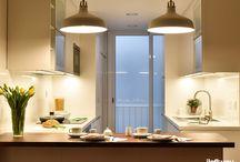 COCINA EN TRAVESSERA DE LES CORTS - Barcelona / Los propietarios de este piso destinado al alquiler nos encargaron que realizáramos el diseño y ejecución de la nueva cocina. Para ello, creamos un espacio práctico y luminoso. La nevera y el lavavajillas quedan integrados en los muebles y pasan completamente desapercibidos. La cocina comunica con el comedor a través de un un paso que se crea bordeando la barra de madera de nogal.