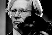 Andy Warhol / Andy Warhol nato Andrew Warhola Jr. (Pittsburgh, 6 agosto 1928 – New York, 22 febbraio 1987)  pittore, scultore, regista, produttore cinematografico, direttore della fotografia, attore, sceneggiatore e montatore statunitense, figura predominante del movimento della Pop art e tra gli artisti più influenti del XX secolo.