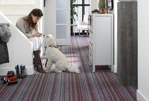 Flotex / O piso que reúne a resistência e durabilidade de um vinílico com a textura confortável de um carpete. Possui propriedades antiderrapantes, acústicas, antibacterianas, antialérgicas e lavável com água, pois é 100% impermeável.