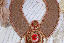 Bijoux Renaissance / D'une époque très classique, la bijouterie s'imprègne de ce nouveau style tout en courbes, plus délicats et chargés en motifs décoratfs. Un grand raffinement dans les techniques et les formes pour les composer.