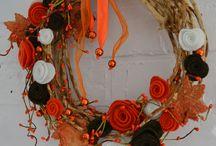 SPRZEDANY - JESIENNY LIŚĆ - 119 zł - wieniec / Energetyczny, barwny wieniec wykonany na bazie splecionych pędów winorośli. Ozdobiony kwiatami wykonanymi z filcu, liśćmi klonowymi wyciętymi z kory brzozy oraz koralami. Jesienne barwy wieńca pięknie udekorują drzwi wejściowe każdego domu. Wianek jest w pełni trwały i może posłużyć także jako dekoracja okna czy ściany.  Doskonały pomysł na prezent.  Średnica ok. 33 cm.