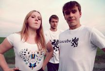Kaszubskie T-shirty / Bawełniane koszulki. Ozdobione wzorem haftu Kaszubskiego. Pomalowana specjalnymi farbami do tkanin. Farby są bardzo trwałe i nie brudzą ubrań. T-shirt jest wykonany z dobrej jakości bawełny.www.farwa.pl