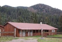 States Cabin / Welcome to your mountain retreat... Sweetly positioned 60` from the Red River.  Open ranch-style layout. 3 bedroom/1 semi-private/2 bath Upper Valley cabin on the river and is surrounded by the National Forest. Living room has a flat-screen TV/satellite, fireplace, gas BBQ grill, front & back decks. Master bedroom has a king bed and private bath. 2 bedrooms both with queen beds have access to shared bath. Semi-private room has a full bed.
