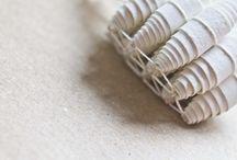 Larvas. Joyería contemporánea / Como el gusano que teje su seda en la que acabará convertido en mariposa...Múltiples símiles dan forma a éstas piezas únicas. Papel, hilo