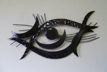 Kunstmuur / Een digitale kunstmuur met kunstschilderijen en metalen kunstobjecten voor de muur.