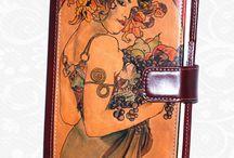 Ručne maľované kožené diáre / Ručne maľované kožené diáre. Každý kus je umelecké dielo. Maľované špičkovými umelcami z Európy na pravú taliansku kožu. Existuje len pár kusov a každý je jedinečný. Ideálny spôsob, ako byť originálny. Neopakovateľné originály s neopakovateľnou maľbou.