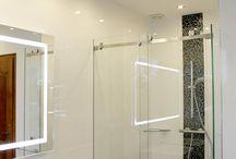 Salle de bain / Salle de bain personnalisée, par un agencement en verre contemporain et pratique. Porte en verre coulissante fixée sur parois de douche et grand miroir triptyque. http://www.siebering.com/?p=7931