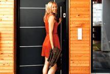 Haustür / Sie ist die Visitenkarte des Hauses: die Haustür. Bei Optik und Material haben Hausbesitzer die Qual der Wahl