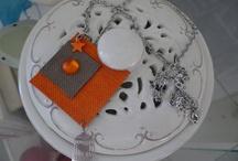 collier moderne / Collier moderne en plastique et résine, très léger