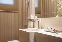 Banheiro c parede listrada