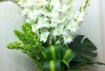 merangkai bunga altar