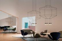 Décoration sur le fil / Sur un luminaire ou un fauteuil, le fil révèle toute la géométrie des pièces. Des formes filigranes, telle une dentelle minimaliste faite de fils, qui, finement alignés viennent souligner la silhouette des objets.