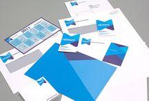 Abiant huisstijl / Abiant is actief in het noorden van Nederland en Duitsland; het oude Saksische rijk. Het door Dizain (www.dizain.nl) ontwikkelde logo van Abiant is hierop geïnspireerd. Het is een gestileerde weergave van het Saksische runenteken voor mens.   Het nieuwe logo is opgebouwd uit de naam Abiant in witte letters die centraal staan in blauw en paarsblauwe driehoeksvormen. Deze staan symbool voor de driehoeksrelatie tussen opdrachtgever, medewerker en Abiant.