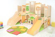 Kąciki manipulacyjno-sensoryczne / Kąciki i kryjówki, które zapewniają atrakcyjną zabawę i zachęcają do kreatywnej zabawy. Sensoryczne elementy wyposażenia stymulują rozwój dziecka.