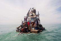 The Swimming Cities of Serenissima / es una flota de barcos construidos de forma artesanal y navegados por un equipo de artistas que viajan por el Mar Adriático desde Eslovenia a Venecia -  http://www.swimmingcities.org/