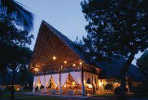 SANDIES TROPICAL VILLAGE - KENYA / E' situato a Malindi su una spiaggia bianca ricca di palme. E' costituito da costruzioni bianche come un Villaggio Masai Manyatt, circondato da un incantevole giardino tropicale e si può respirare la tradizione e vivere le bellezze del Kenya.
