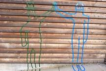 Samspils-figurer / I efteråret 2012 lavede billedvalgfag 6. & 7. kl. samspilsfigurer på skolens vægge udendørs. Opgaven var at skabe en interaktion mellem mennesker eller mennesker og dyr.