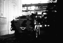 Día de la Dignidad: Rebelión Militar 4F de 1992 / La rebelión cívico-militar de 1992 estimuló a una avanzada popular que sufría los embates de la crisis del sistema político capitalista de ese entonces. Seis años después, en 1998, el pueblo maduraría con la victoria electoral de Hugo Chávez y el inicio de la Revolución Bolivariana. (Fotos: Biblioteca Nacional, AP)