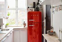 Smalle en lange keukens / wit, steen, graniet, hout, groen,  mozaïektegels, plant.