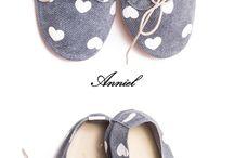 """Anniel / Un'azienda trevigiana che opera dal 1976... quasi quarant'anni di mani esperte che realizzano scarpe da balletto. Da qualche anno impazza in tutto il mondo la """"scarpina soft"""" di Anniel: una scarpa destrutturata ed estremamente comoda, realizzata interamente in Italia con manodopera altamente qualificata."""