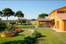 TENUTA OLEANDRO / Tato nádherná, prázdninová oáza klidu se nachází v srdci Etruského pobřeží, jen 2 km od Tyrhenského moře a přímo ve vyhledávané vinné oblasti mezi Bolgheri a Castagnetto Carducci. Vede tudy vinná stezka Strada del vino a v nedalekém okolí naleznete spoustu sklepů a sklípků, kde stáčejí ta nejlepší toskánská vína.  VÍCE INFORMACÍ: http://www.prima1vera.com/nabidka-ubytovani/agroturismy/tenuta-oleandro/