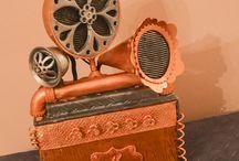 """Steampunk StratoCake / Orgogliosa vi presento la mia Steampunk Stratocake.  Si tratta della riproduzione e rielaborazione in stile Steampunk della celebre Fender Stratocaster, rispettandone le dimensioni, accompagnata da un un amplificatore sui generis.  Il tutto dedicato al mio Big Brother per i suoi """"anta""""!"""