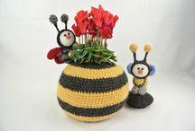 Pot op Poten haken / In dit boek vind je complete beschrijvingen van de potten met deksel en 9 verschillende minidiertjes. In deze pot past een glazen groenten pot waardoor je een bosje bloemen of plantje kunt plaatsen. De glazen pot kan in en uit de gehaakte pot gehaald worden. Ook om iets persoonlijks in te bewaren erg decoratief.  De minidiertjes met pot zijn uitgewerkt in het thema: - Paard - Koe - Schaap - Giraffe -Olifant - Bij - Lieveheersbeestje - Beer - Vlinder