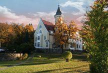 Strzekęcino - Pałac Bursztynowy / Pałac Bursztynowy - Strzekęcino.  Eklektyczny pałac z przełomu XIX i XX wieku było rezydencją junkierskiego rodu von Kameke. Obecnie mieści się w nim hotel.