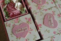 caixa de recordações do bebê / toda mamãe guarda lembranças de seu bebê, então porque não deixar esse habito mais charmoso... com um caixa decorada dividida em compartimentos devidamente personalizada para isso... caixa de recordações do bebê!  https://www.elo7.com.br/lelekaatelie/loja
