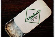 Maldon Sea Salt / Die Maldon Sea Salt Company schöpft als einzige Salzgewinnungsfirma Englands dieses hochwertige Meersalz. Der Familienbetrieb verarbeitet und gewinnt das Salz bereits seit 1882 und hat es sogar geschafft Hoflieferanten des britischen Königshauses zu werden.