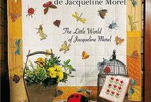 """Le petit Monde de Jacqueline Morel / Jacqueline était l'une des designers fétiches de Marie-Claire Idées ! Nous adorons depuis des années ses petits personnages vadrouillant dans la campagne ou la neige, ses nappes fraîches brodées ou appliquées, sa jolie et inimitable """"french touch"""" qui met du soleil dans chaque pièce qu'elle réalise. Parce que c'est une femme qui le vaut bien, Quiltmania est très heureux de rééditer ce livre avec pleins de jolis modèles à réaliser."""
