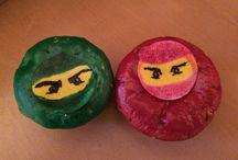 Ninjago  Muffins / Einfach Obladen mit Lebensmittelfarbe bemalen und mit Puderzucker befestigen!
