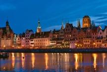 Gdansk / Denna vackra östersjöstad av Hevelius, Fahrenheit och Schopenhauer är Pommerns representativa huvudstad. Dess otroliga skönhet och unika läge bland åtskilliga gröna parker, postglaciala kullar och kasjubiska sjöar urskiljer Gdansk åt andra polska städer. Staden är känd för sina berömda personligheter och stormiga historia och är rik på imponerande arkitektioniska objekt som rådhus, kyrkor, borgarhus och stadsportar.  http://www.polen.travel/sv/pomorskie-regionen/gdansk