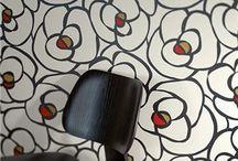 """RAFFI My Home / A.S. Création presenta por primera vez una colección del diseñador holandés Maarten Vrolijk que ha creado la marca """"Raffi"""" sinónimo de diseño moderno concolores sobrios pero expresivos, la inspiración extraída de la naturaleza.  Flores, gotas, círculos, estrellas, formas naturales simples han inspirado Raffi para crear unos extraordinarios diseños para decorar las paredes."""