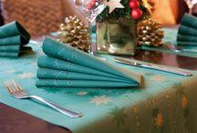 Zelené Vianoce / Krásne prestretý štedrovečerný stôl patrí k Vianociam rovnako ako vianočný stromček alebo darčeky. Stolovať počas najväčšieho sviatku roka túžime vkusne a netradične. Vianočný obrus, stolové dekorácie a sviatočné prestieranie vytvárajú počas štedrého večera neopakovateľnú atmosféru. Správnym výberom stolovej dekorácie dokážeme ovplyvniť celkový dojem miestnosti. Venujte preto príprave štedrovečerného stola primeranú pozornosť.