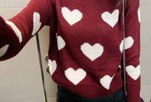 roter Pullover mit weißen Herzen