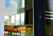 Titan Tec - Elegância e Requinte em Seu Projeto / A linha Titantec, exclusividade da Weiku, traz ainda mais estilo aos projetos aliado ao conforto termoacústico. Nesta linha os perfis de PVC recebem na parte externa a aplicação de revestimento de alumínio contando com a possibilidade de personalização de cores, deixando o projeto com muito mais estilo, elegância e requinte. #janelas #pvc #ambientes #estilo #sofisticacao #exclusividade #isolamento #weiku