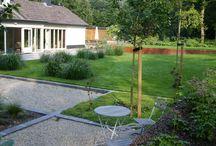 Stoere Bostuin / De forse randen van Corten staal golven door de tuin. Gebruik makend van de natuurlijk hoogteverschillen is het een spannend lijnenspel van vlakken en glooiingen. Gecombineerd met weelderig groeiende vaste planten is het een bijzondere bostuin geworden. Het gedeelte rond het zwembad heeft zelfs exotische trekjes. Voorzien van een automower, is grasmaaien een peuleschil.  Deze tuin is aangelegd door: Groen en Groei!