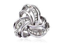 Prstene na šatky a šále / Prstene na hodvábne šatky a šále značky MarieJean.eu. Prstene sú ručne vyrábané a špeciálne navrhnuté tak, aby dokonale splynuli z ručne maľovanými hodvábnymi šatkami alebo šálami. Prsteň na šatku a šál je ozdoba, módny doplnok na Vašu šatku alebo šál. Obsahuje troj prstenec na zadnej strane ozdoby. Pomocou trojprstenca je možné prsteň upevniť na šatku a ozdobiť si ju. Prstene na šatky je možné upevniť aj na prsty ako klasický prsteň.