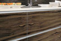 Имитация натуральных материалов / Кухни со стеклянным фасадом, создающие оптическую иллюзию натурального дерева или камня