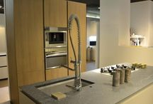 Cucina Valdesign OCCASIONE -47% / Cucina Valdesign composta da isola Forty/5 e colonna Logico rovere opaco color juta.