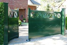 Poorten en Hekwerken / Hardhouten poorten en hekwerken met 20 jaar fabrieksgarantie op houtrot en 7 jaar fabrieksgarantie op het loslaten van de hoogglanslaklaag.
