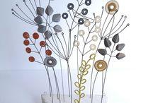 Liz Cooksey-Textil Artist / Καλλιτέχνης κλωστοϋφαντουργίας που ζει και εργάζεται στο Μάντσεστερ, όπου σπούδασε κεντήματα στο πανεπιστήμιο. Στο στούντιο με βάση το έργο της εξερευνά  μια σειρά από τεχνικές χειρός και μηχανής κέντημα, διδάσκει επίσης τα κλωστοϋφαντουργικά προϊόντα στο Salford City College.