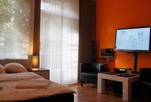 Apartamenty kraków-Apartmanet Pomarańczowy / Apartament Pomarańczowy to duży i ekskluzywny apartament składający się z dwóch pokoi, kuchni, jadalni i łazienki o całkowitej powierzchni 47 m2. Duży pokój o metrażu 20 m2 wyposażony jest w dwa łóżka, jedno pojedyncze i jedno podwójne. W pomieszczeniu mamy do dyspozycji TV LED, TV satelitarną, DVD, zestaw kina domowego, radio, internet bezprzewodowy. Mały pokój o powierzchni 14m2