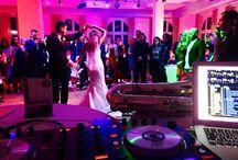 Salon / Im klassischen Stil erstrahl der Salon mit seinen hohen Fenstern, die bis unter die Decke reichen. Edle Vorhänge zieren die schönen Rundbogenfenster und tragen zur Gemütlichkeiten bei. Während der Salon tagsüber im Sonnenlicht erstrahlt, sorgt die moderne Licht-, Ton und Projektionstechnik am Abend für Saal-Garten_Hochzeit-Dekoration_VillaMedia_IMG_7403kommunikative Stimmung und regt zum Tanzen an. Als Hochzeitssaal, großzügiger Messebereich, freundlicher Tagungsraum, ob klassisch oder partyorientiert, der Salon eignet sich sowohl für kleine als auch große Gesellschaften. Je nach Bestuhlungsvariante finden hier bis zu 150 Gäste ausreichend Raum zu verweilen. Der angrenzende Garten kann gegen einen kleinen Aufpreis hinzugemietet werden und bietet Ihnen eine tolle Kulisse für Bilder, Möglichkeiten für einen Sektempfang im Grünen und Spielmöglichkeit für anwesende Kinder.