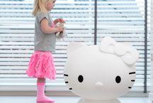 kinderlamp / Een designerlamp voor meisjes van 45 en dames van 5.  Kortom, voor iedereen die van Hello Kitty houdt.  Ze heet Kitty White, als eerbetoon aan de oorspronkelijke naam van Hello Kitty.  www.hellokittylamp.nl