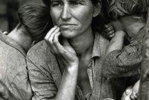"""Dorothea Lange / Dorothea Lange fue una influyente fotoperiodista documental, mejor conocida por su obra la """"Gran Depresión"""" para la oficina de Administración de Seguridad Agraria. Las fotografías humanistas de Lange sobre las terribles consecuencias de la Gran Depresión la convirtieron en una de las periodistas más destacadas del fotoperiodismo mundial."""